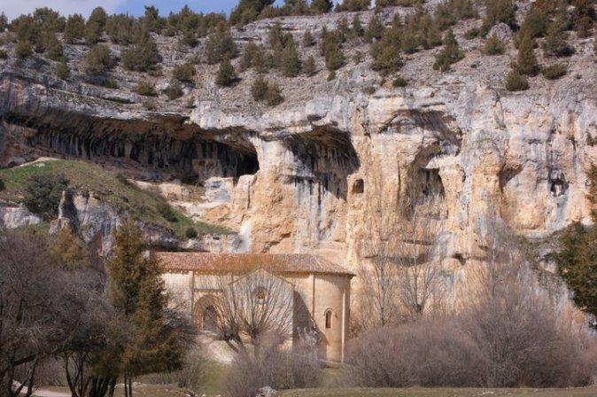 Pradera y Ermita, con la muralla natural al fondo.